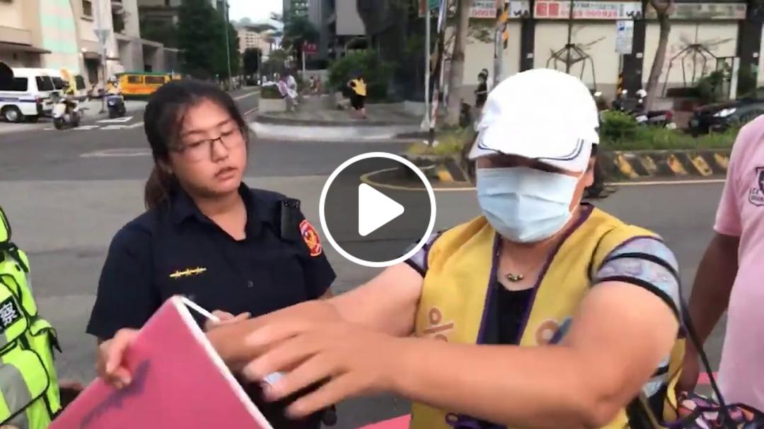 【4分鐘版】白色恐怖?還原抓人現場,只是站在路邊表達訴求,不到一分鐘被10個警察包圍抓走!